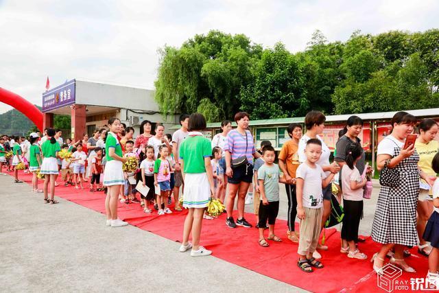 一年级的新生们走过红地毯图片