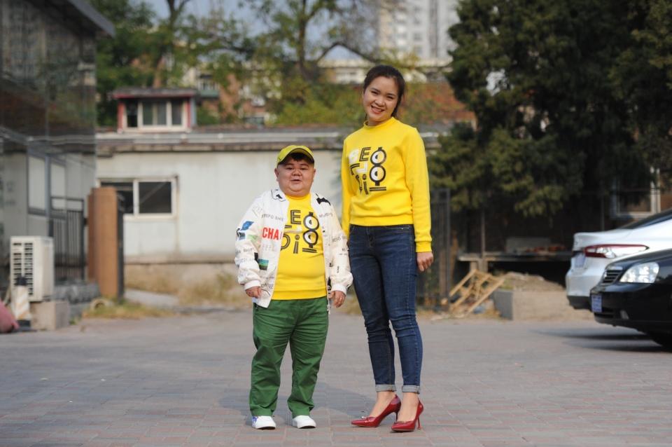 男子身高1.2米当搞笑演员,零彩礼娶老婆,省钱投资7套房