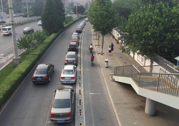 狭路相逢 自行车道变成停车场,北京的自行车如何回归城市