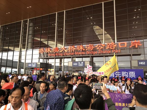 港珠澳大桥首日超3万人抵港 观桥时乘客欢呼鼓掌