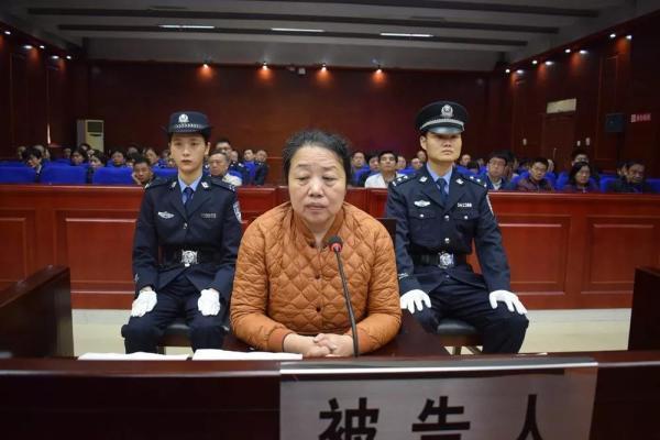 """曾高喊""""买房就是爱国""""的安徽女厅官受审,5处"""