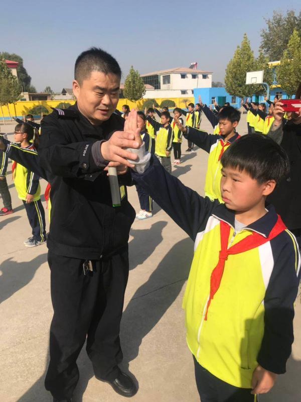 河北省邯郸交警入校园开展交通安全知识讲座