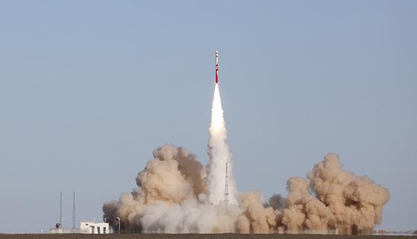 """民营火箭""""朱雀·南太湖号""""固体三级运载火箭在酒泉发射"""