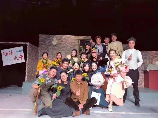 38岁光感盲人演员表演经典话剧《油漆未干》
