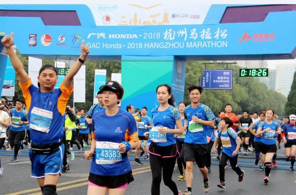杭州马拉松鸣枪开跑,肯尼亚、埃塞俄比亚选手包揽男女组前三