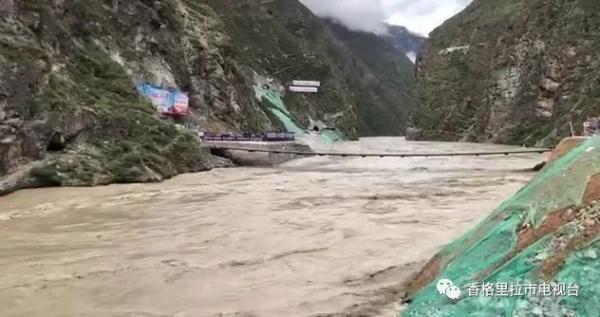 金沙江洪峰过境云南:德钦县奔子栏镇境内214国道部分中断