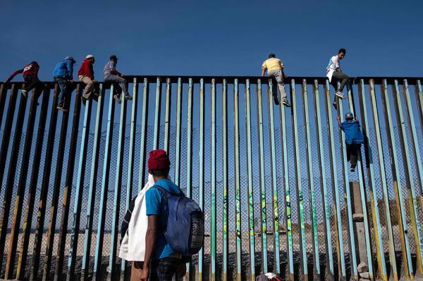 首批中美洲移民抵达美国边境,美防长亲临前哨严阵以待大篷车