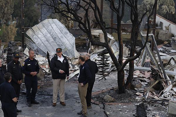 特朗普赴重灾区视察 美国加州大火致死人数上升至76人