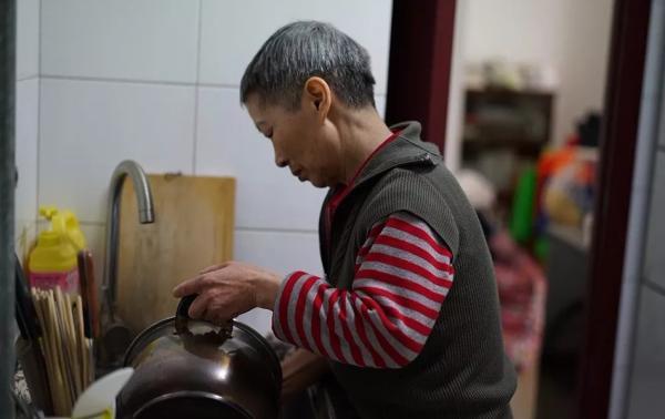 失独再育8年后的64岁母亲:脑梗辞5份工,决心活到一百岁