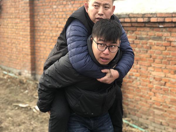 金哲宏回乡祭拜亡父:儿子不孝,被关23年无罪释放回来了