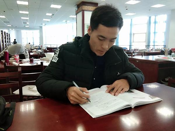 """内蒙古""""励志哥""""40岁考上大学:希望三年毕业,"""