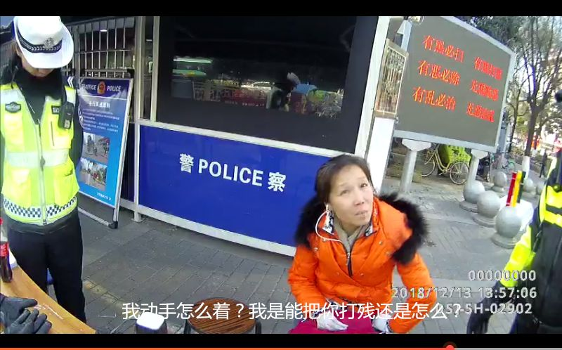 女子闯红灯撒泼袭警,西安交警教科书式执法
