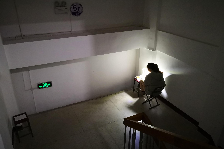 考研首晚:窗外是万家灯火,窗内他们打着台灯在楼道复习