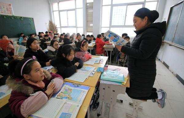 暖心!河南宁陵一女教师右腿软组织损伤,跪讲凳上讲课一月