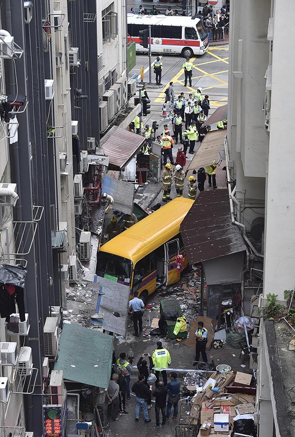 香港北角车祸死亡人数增至4人,警方疑校巴司机未拉手刹图片 318384 600x886