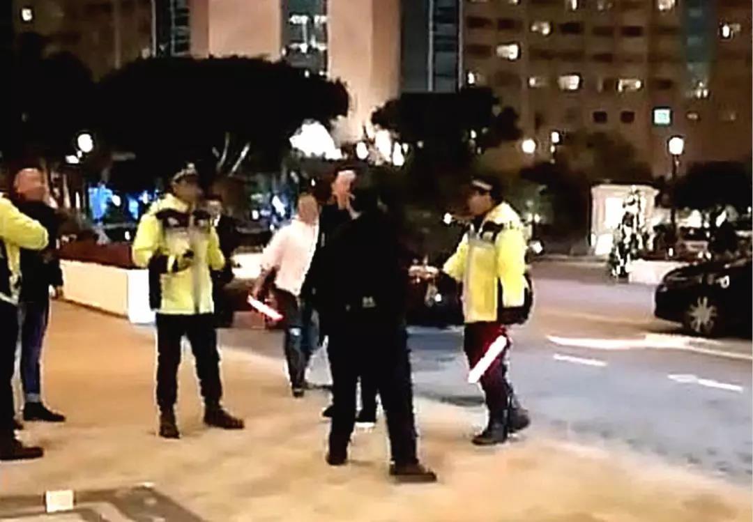 新闻称3名持港澳通行证的内地游客在澳门银河酒店门的禁烟区吸烟