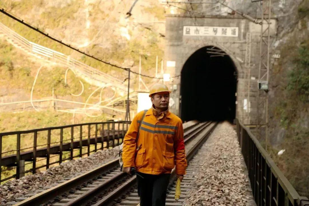 这80米 就是我的春运——峭壁上的铁路看守人曾锋