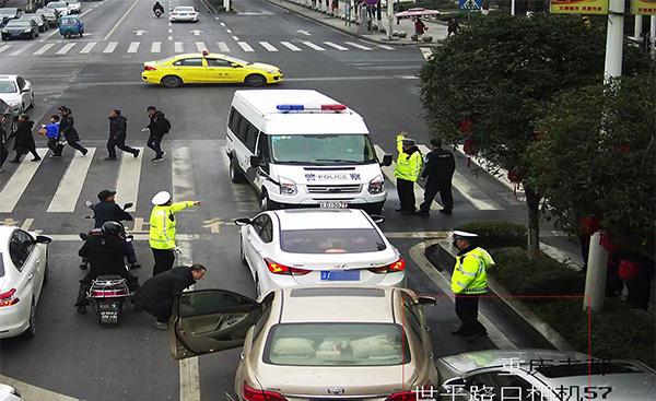 重庆男子驾套牌车冲卡逃逸,被擒后冒用哥哥名字隐瞒身份