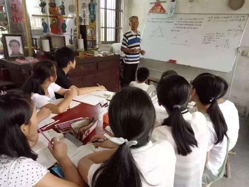 江苏一退休教师开辅导班帮助数千学生,17年不收分文