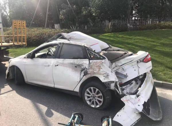 轿车爆胎停高速硬路肩,司机坚持让入睡女儿撤离救了一家三口