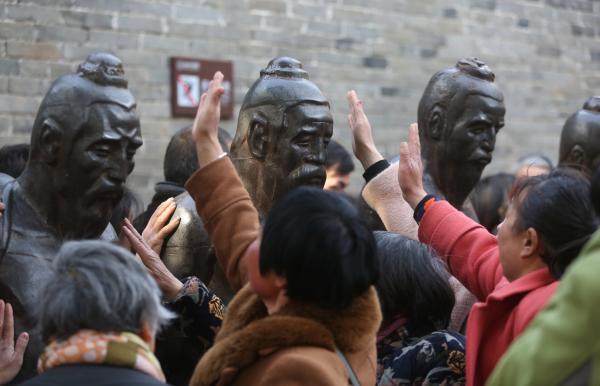 """""""万名游客打秦桧""""被指不文明,河南一景区回"""