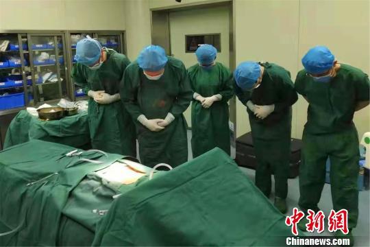 女子因病离世其夫悲痛中无偿捐献爱妻器官,帮助2人获新生