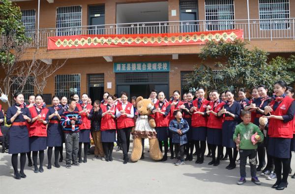 东航西北空姐走进西安市周至聋哑学校献爱心