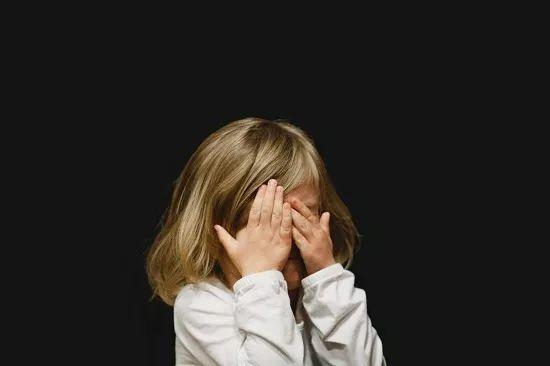 """6岁女孩暴打弟弟,七成儿童遭受过不良经历!被""""童..."""