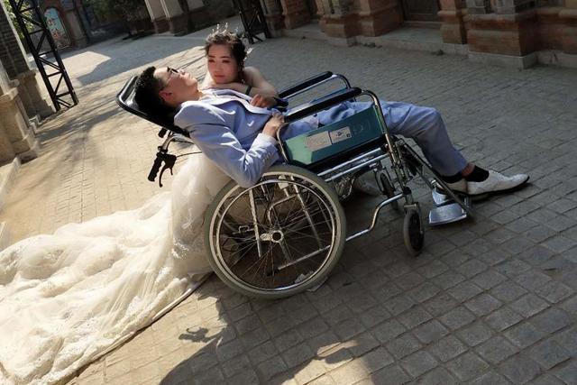 """新娘自披婚纱与植物人拍结婚照:""""欠""""我4年的婚礼必须还"""