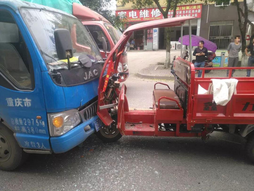 三轮车双黄线掉头撞上直行货车后怕道:再也不