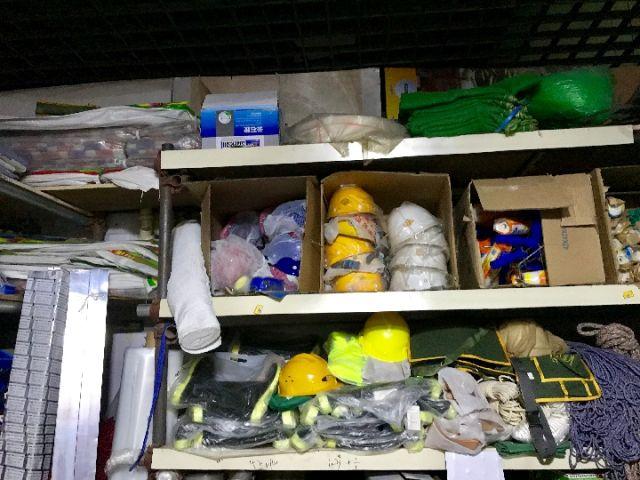 在位于管庄地区的另一处建材市场,记者见到一家劳保店放着十来个不同款式的安全帽。