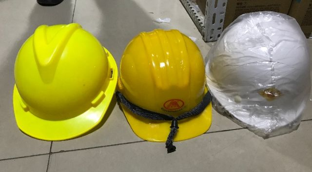 店家向记者展示的不同价位的安全帽(从左到右价格依次为5元、8元、10元)。