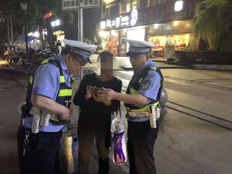 外地老人迷路手机也不好用,民警积极送其回家