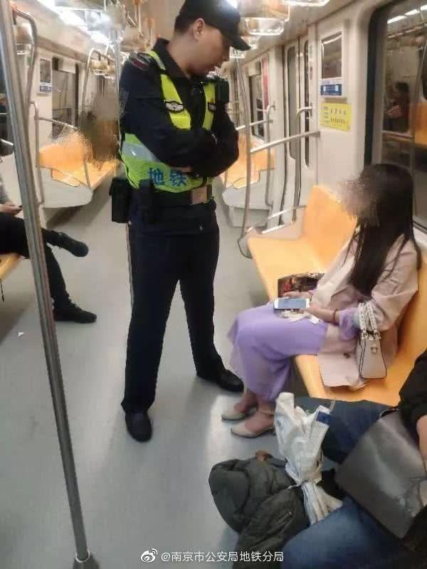 警察深夜向陌生姑娘要微信……聊天记录曝光后网友狂赞