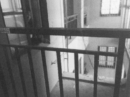 《澳洲快三走势图》_15岁少年强奸7岁女童后推下25楼,说父亲常当他面