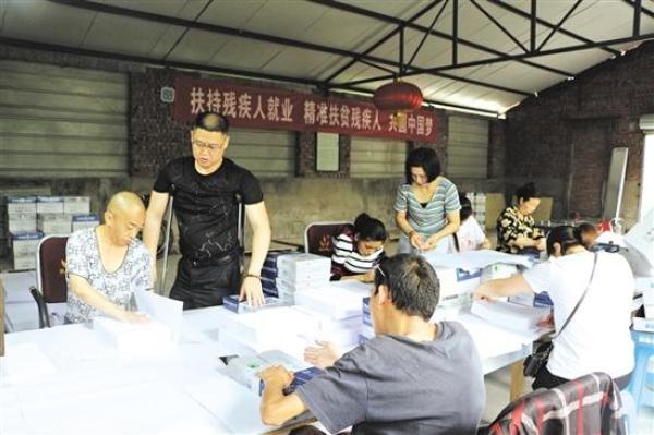 刘义(左二)与员工