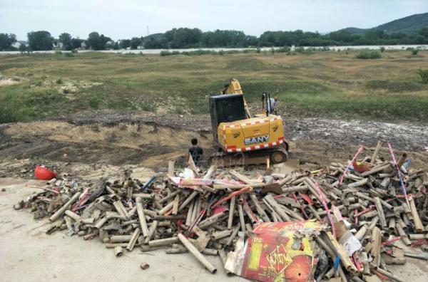 安徽太湖警方销毁烟花爆竹致多个村子房屋受损,正统计损失