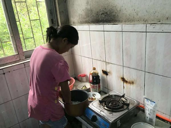 ▲叶冬玲在厨房为两个弟弟做饭