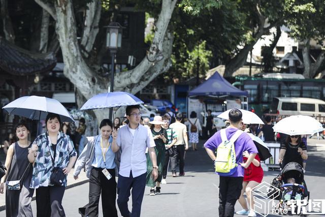 杭州入夏烈日炎炎,西湖游客依旧络绎不绝,避暑妙招花样百出