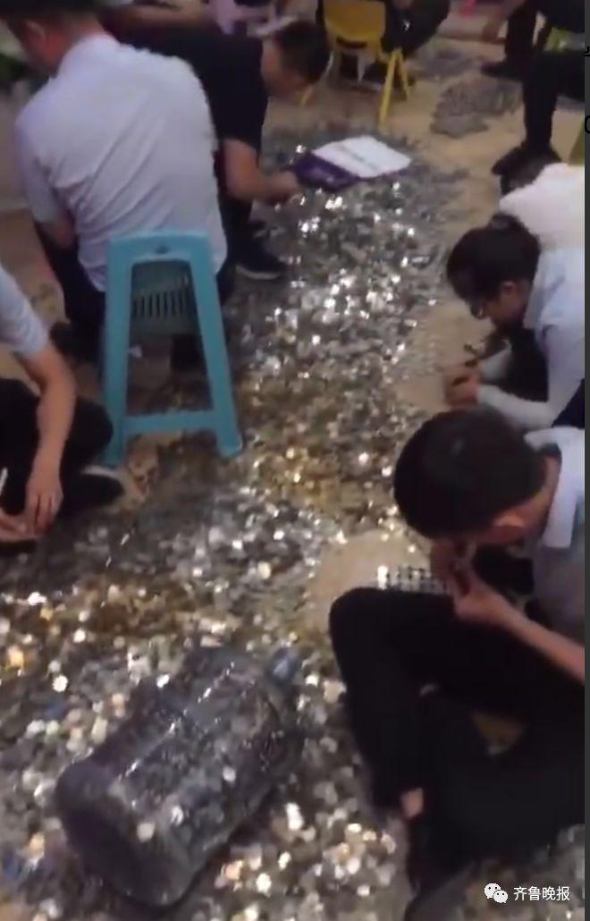 济南一老板带15万硬币硬核买房!装了16个水桶,...