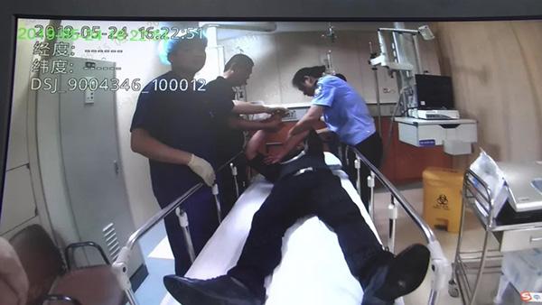 杭州一男子酒后揚言自殺,41歲女派出所長徒手奪刀救人