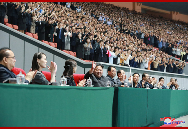 金正恩观看大型团体操表演,结束后严厉批评主创人员_亚博