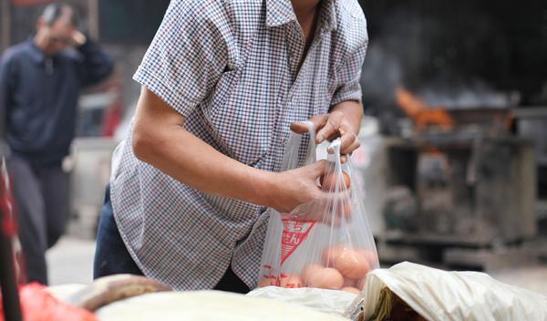 西安vi设计公司限塑11年西安塑料袋使用量仍很大农贸市场称找不到替代品 西安装修资讯 丰雄广告第1张