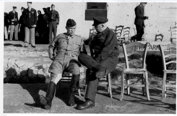 1943年12月,意大利西西里的卡斯特尔韦特拉诺机场,阿诺德将军与德怀特•D•艾森豪威尔将军商讨研究空军战术问题。(照片由美国空军提供)