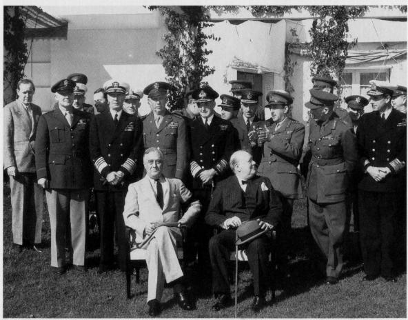 1943年1月,卡萨布兰卡会议,英美联合参谋长委员会在结束与富兰克林•D•罗斯福总统(前排左)和英国首相温斯顿•S•丘吉尔(前排右)的会议之后合影。阿诺德将军位于第二排左一。(照片由美国空军提供)