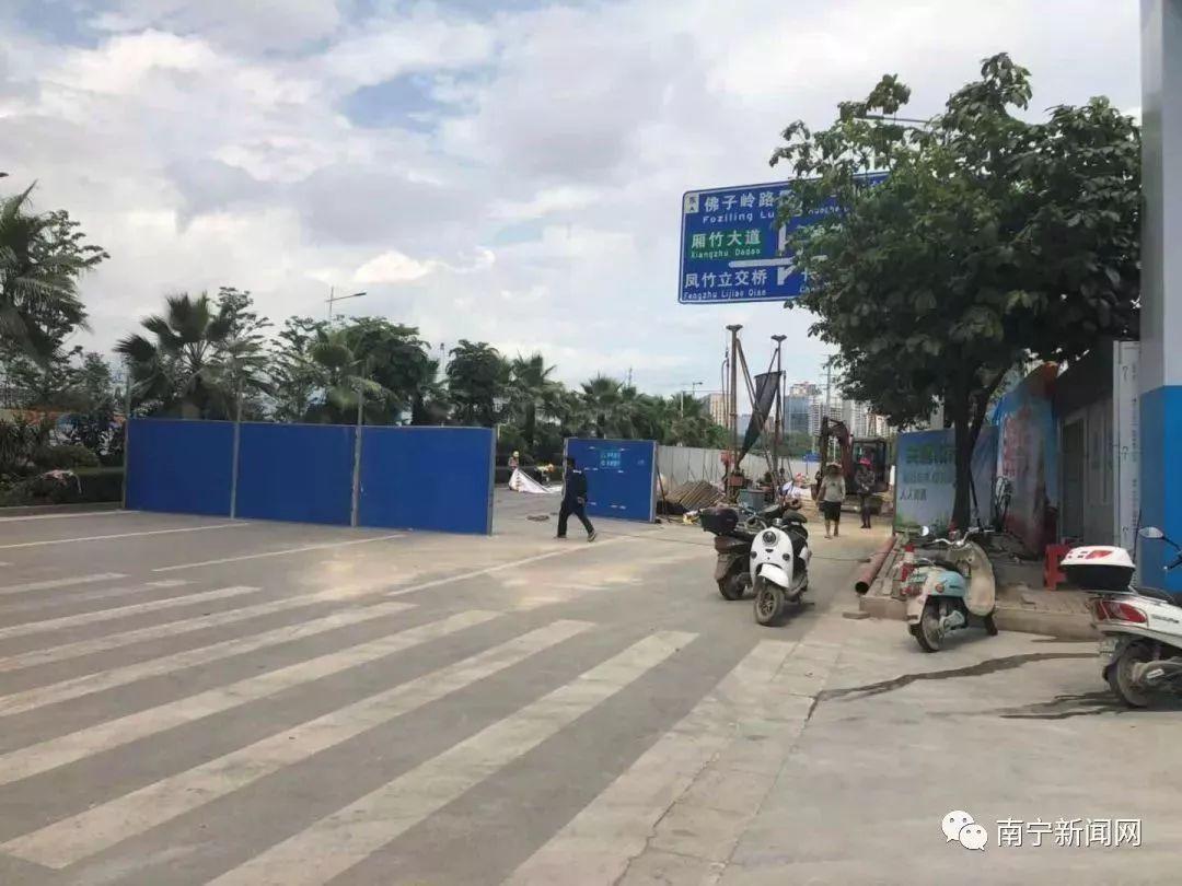 塌陷瞬间!南宁东葛路延长线一工地旁路面大面积坍塌