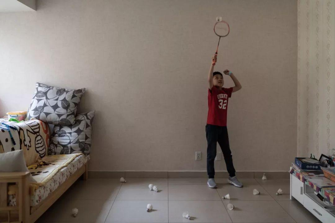 匡匡在家里打羽毛球