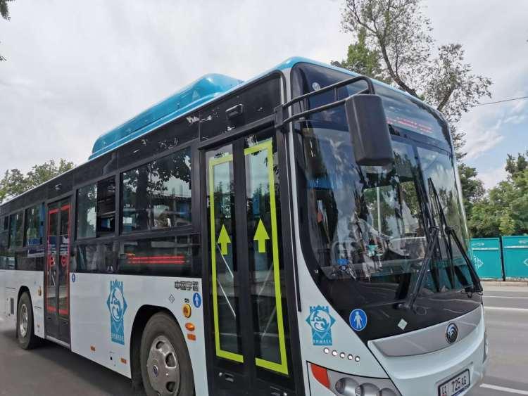 行驶在比什凯克城市干道上的宇通公交车。(新华社记者 王申 摄)