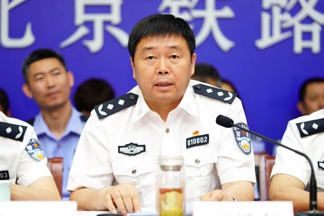 北京铁路公安局党委副书记、政委李延东主持会议