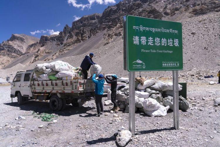 珠峰高山环保大队将从大本营收集到的生活垃圾装车,准备转运至位于定日县游客大本营的垃圾转运站(5月24日摄)。本文图片 新华社